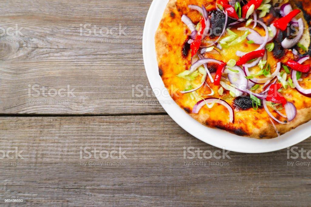 Focaccia z cebulą i papryką na stole - Zbiór zdjęć royalty-free (Oliwka)