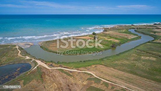 Foce del fiume Ofanto (Italia, Puglia), visione aerea da drone.