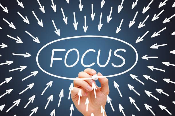 focus arrows concept lacivert arka plan - konsantre olma stok fotoğraflar ve resimler