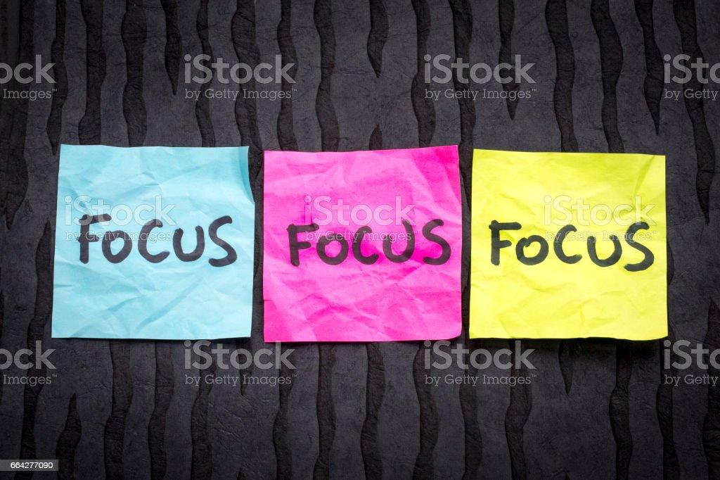 Enfoque - concepto en notas adhesivas - foto de stock
