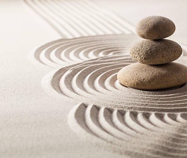Schwerpunkt auf Ausgewogenheit Steine in sand für Entwicklung im Leben – Foto