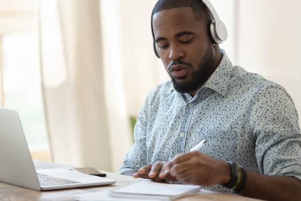 인증 교육으로 바쁜 흑인 남성에 초점을 맞췄습니다. - 멀리 떨어진 뉴스 사진 이미지