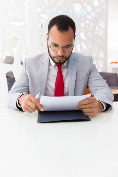 重点を当てたビジネス リーダーの読み取り契約書 - パラリーガル ストックフォトと画像