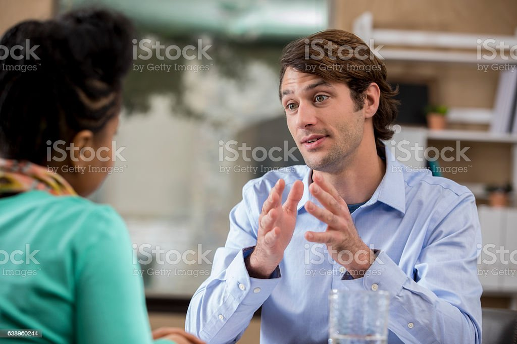 Focused businessman discusses issue with client – Foto