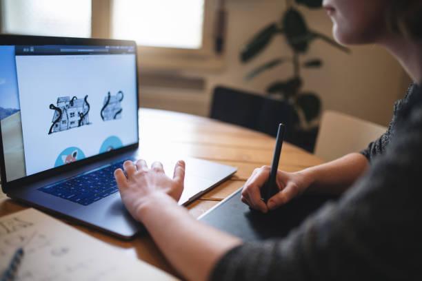 focused design student drawing illustrations - logo imagens e fotografias de stock