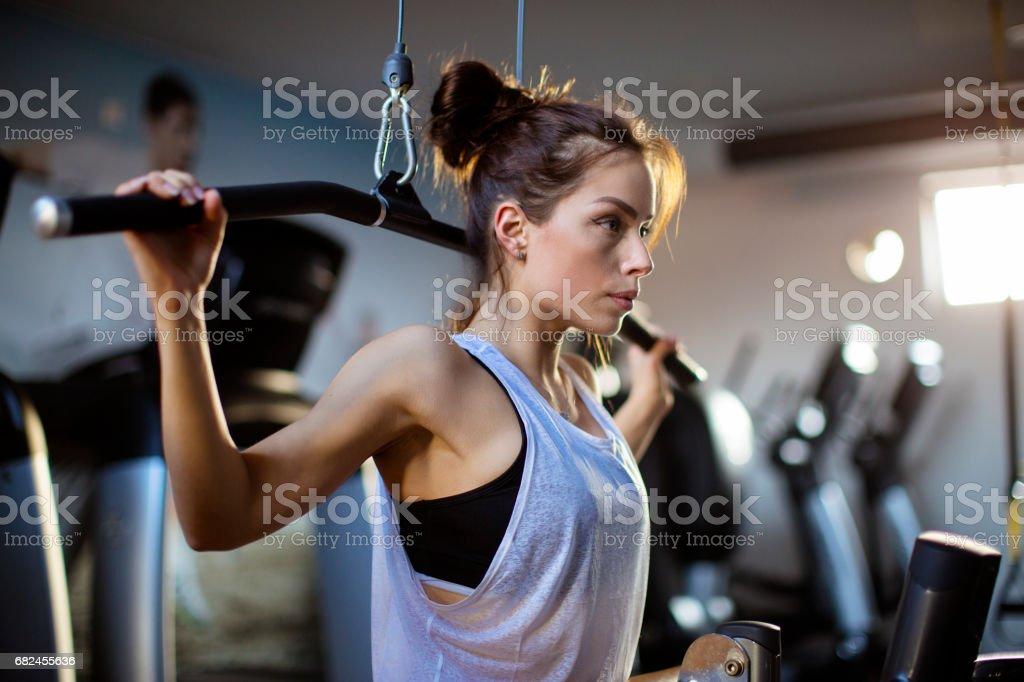 Focused female athlete in the gym Стоковые фото Стоковая фотография