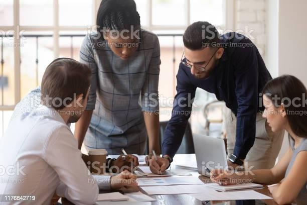 Focused Multiracial Corporate Business Team People Brainstorm On Paperwork — стоковые фотографии и другие картинки Анализировать