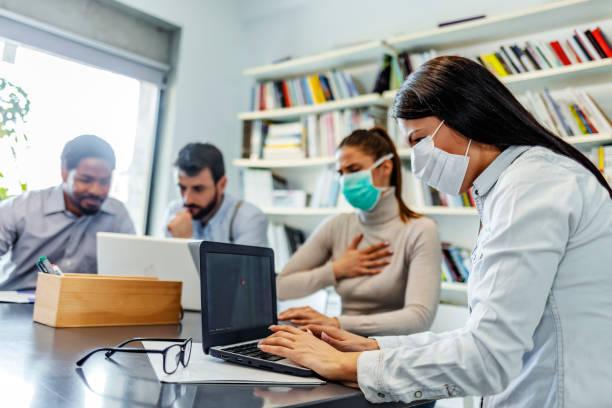 Fokussierte multirassische Unternehmensteam-Leute Brainstorming auf Papierkram, mit schützenden Gesichtsmaske – Foto