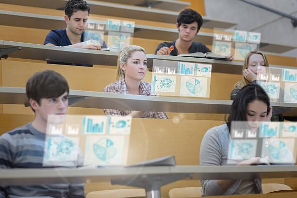 """konzentriert studenten im hörsaal arbeiten an ihren futuristische """" - schule der zukunft stock-fotos und bilder"""