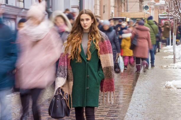 gerichte vrouw onder de menigte - portait background stockfoto's en -beelden