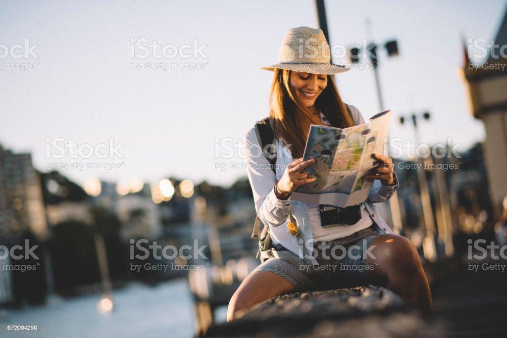En se concentrant sur la carte de la ville - Photo