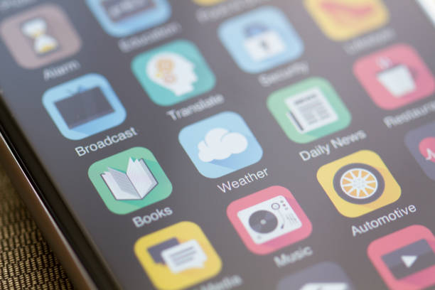 智慧手機螢幕上的聚焦天氣圖標 - 手機應用程式 個照片及圖片檔
