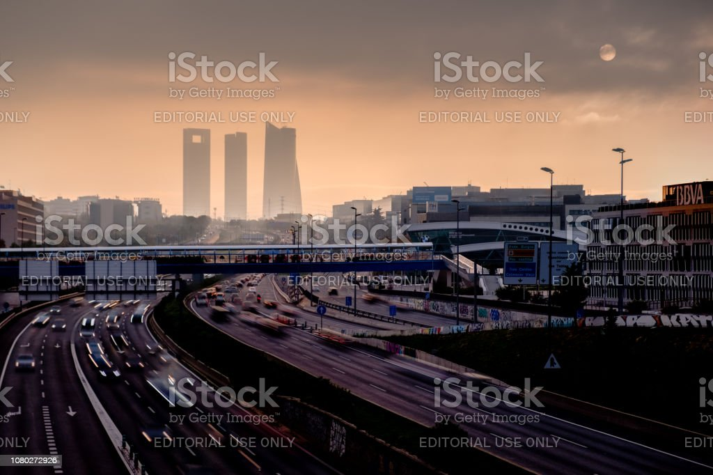 Niebla al atardecer en el área de negocios de la torre 4 - Foto de stock de Madrid libre de derechos