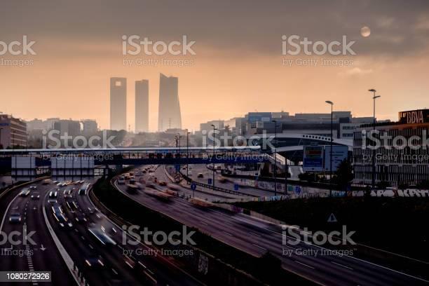 Niebla Al Atardecer En El Área De Negocios De La Torre 4 Foto de stock y más banco de imágenes de Madrid