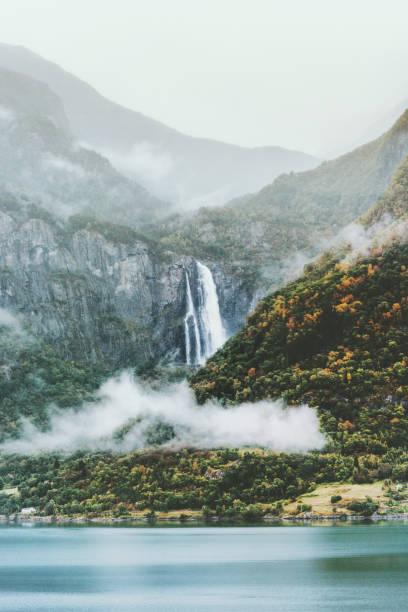 Nebel-Berge und Wasserfall Landschaft in Norwegen Panoramablick launisch Reisewetter – Foto
