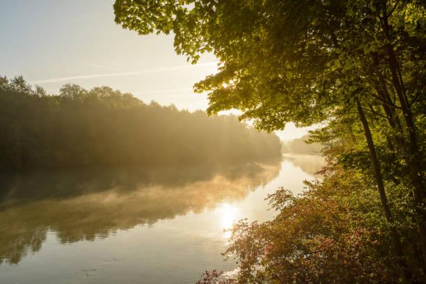 Bancs de brouillard flottant sur l'eau calme de la rivière Marne au lever du soleil - Photo