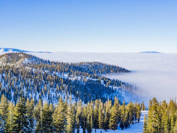 nebel in den bergen - lake tahoe winter stock-fotos und bilder