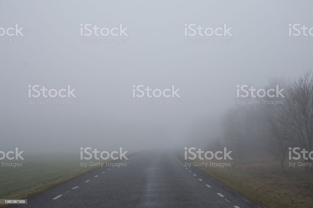 Nebelige Landschaft Straße – Foto