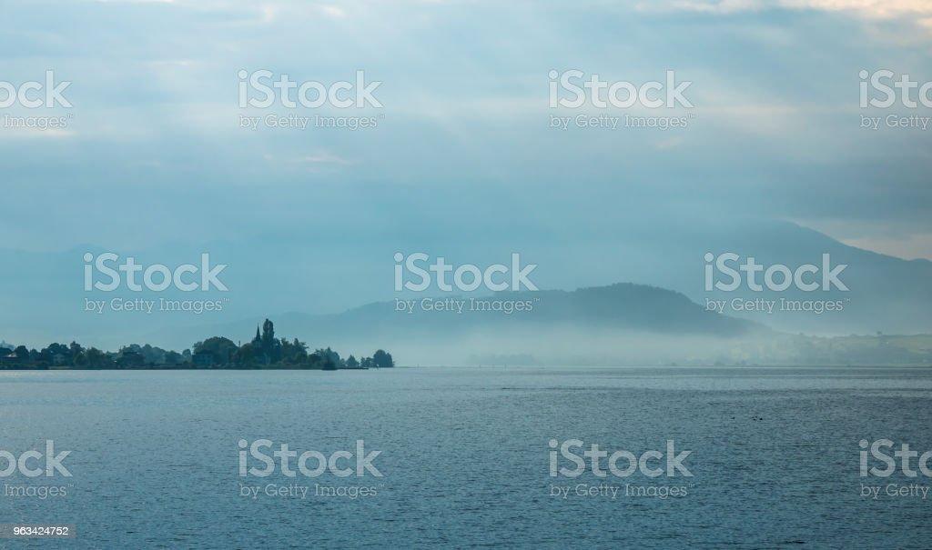 Paysage du matin brumeux sur les rives de l'Obersee (Upper Lake Zurich), Suisse - Photo de Beauté libre de droits