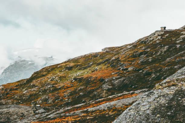 Foggy Berge Landschaft und Hütte Haus in Norwegen Reisen Landschaft skandinavischen Natur Panorama – Foto