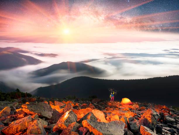 nacht und nebel auf dem berg hamster - zelt stehhöhe stock-fotos und bilder