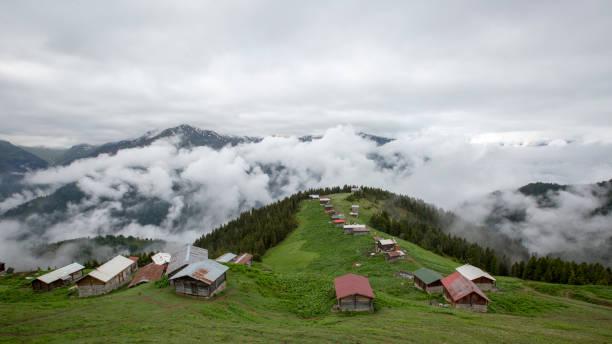 foggy pokut plateau, turkey rize camlihemsin - плато стоковые фото и изображения