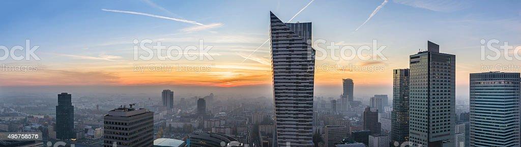 Neblig Sonnenuntergang über Warschau – Foto