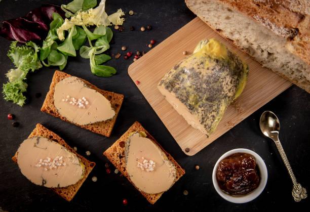 foie gras et gâteau de pain d'épice, bordeaux, france - foie gras photos et images de collection