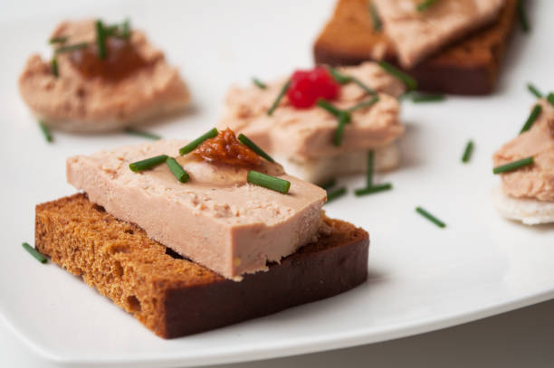 foie gras sur pain d'épice en plaque festif - foie gras photos et images de collection