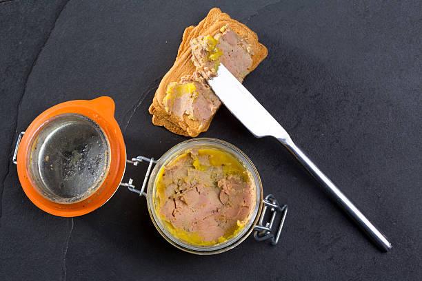 foie gras, terrine fait du foie de canard - foie gras photos et images de collection