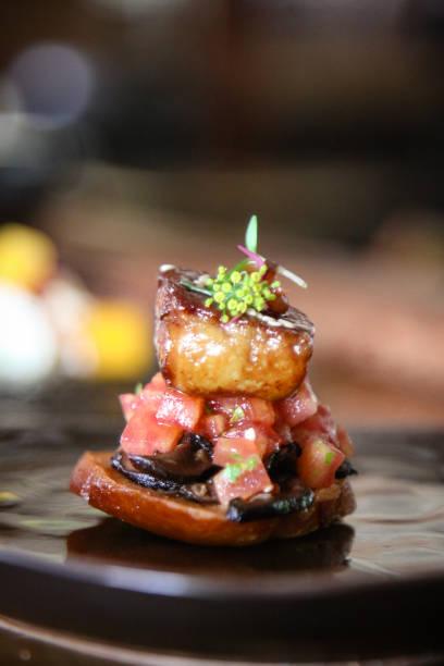 フォアグラの照り焼きブルスケッタ - フランス料理 ストックフォトと画像