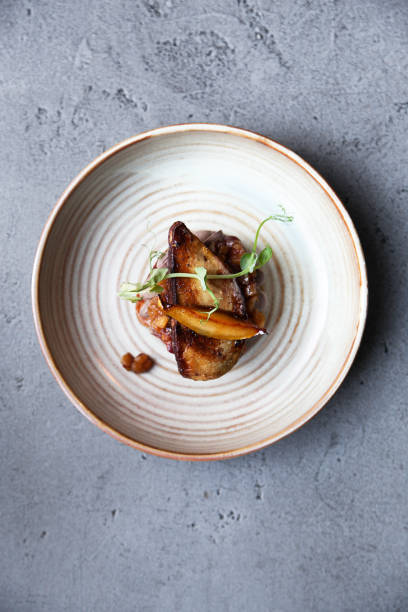 foie gras au chutney de pommes et de poires sur le toast - foie gras photos et images de collection