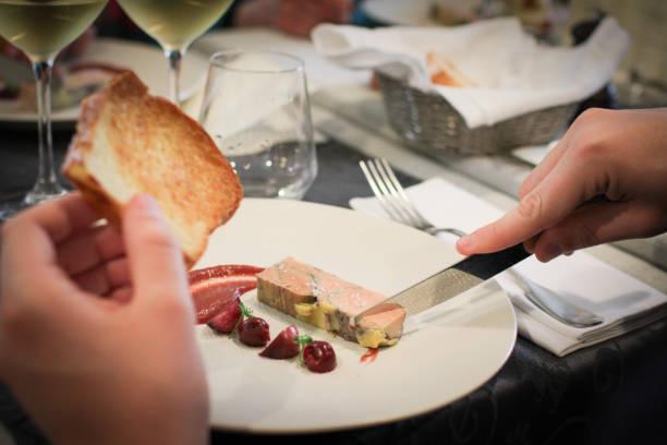 foie gras avec un toast - foie gras photos et images de collection