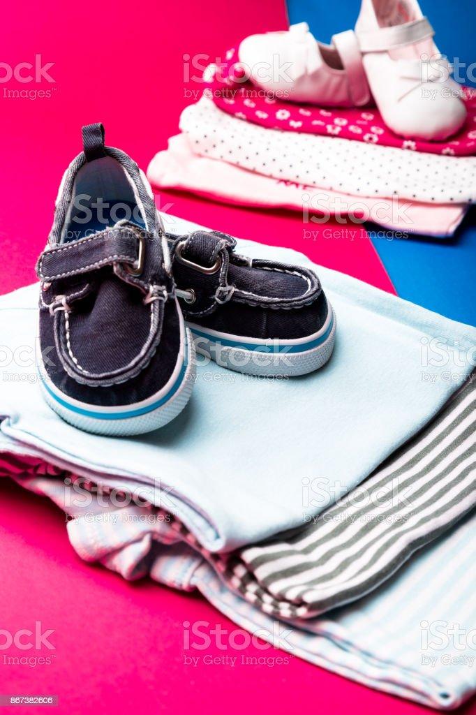de de barco con rosado y mono fondo zapatos Dobla el en él azul sobre minimalista xwq0686fU