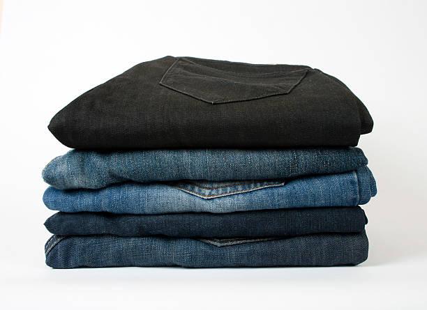 gefaltet alten blue jeans - typisch 90er stock-fotos und bilder