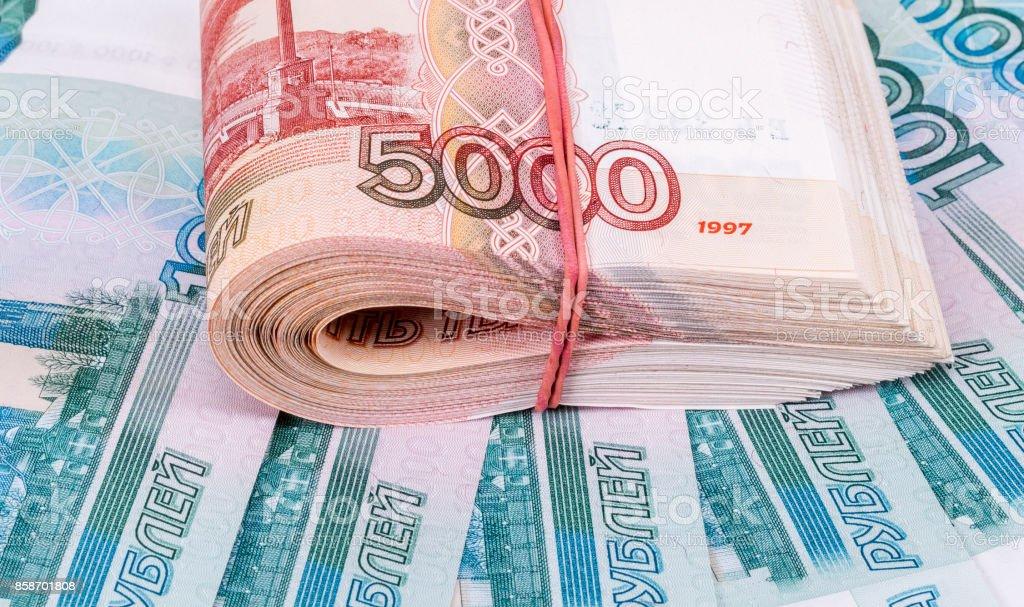 Doblado de stack de cinco milésimas billetes de rublos rusos sobre fondo de dinero - foto de stock