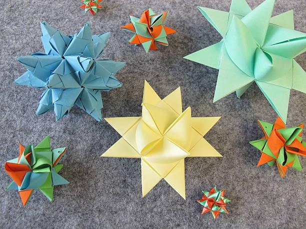 gefaltet stars - weihnachtssterne aus papier stock-fotos und bilder