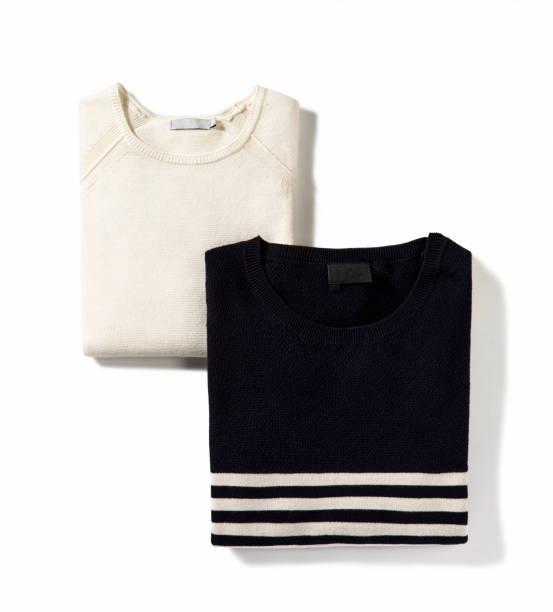 Gefaltete Pullover isoliert auf weißem Hintergrund – Foto