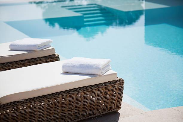 składany ręczniki w leżaki przy basenie - kurort turystyczny zdjęcia i obrazy z banku zdjęć