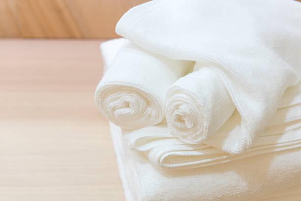 folded white towels - hausmittel gegen falten stock-fotos und bilder