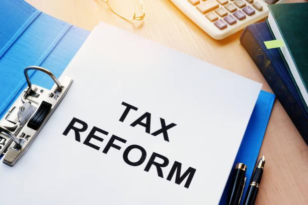 ordner und dokumente über die steuerreform. - wirtschaftsrecht stock-fotos und bilder