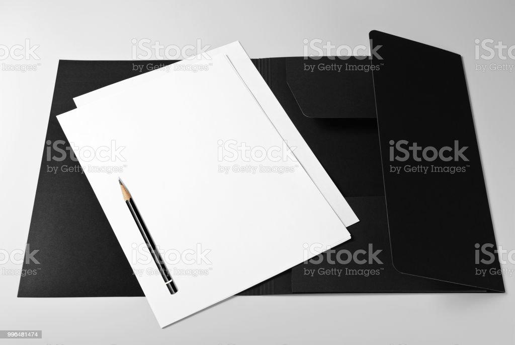 Dossier, des feuilles blanches de papier et crayon - Photo