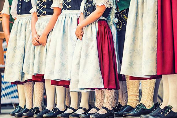 folklore-tanzgruppe mit kindern wartet - vintage dirndl stock-fotos und bilder