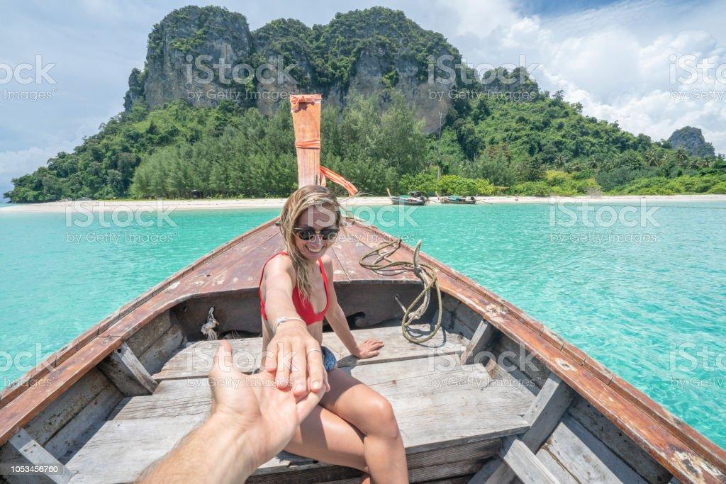 Folgen Sie mir Konzept Frau führenden Freund auf Longtail Thai Boot in unberührten klares Wasser in den Inseln von Thailand. Die Leute reisen Reiseziele Spaß Konzept – Foto