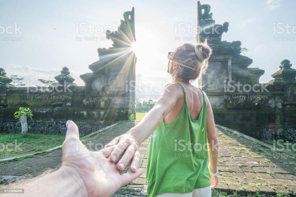 Folgen Sie mir auf Bali, Frau einladende Mann Hand in Hand, Reisen Sie Indonesien – Foto