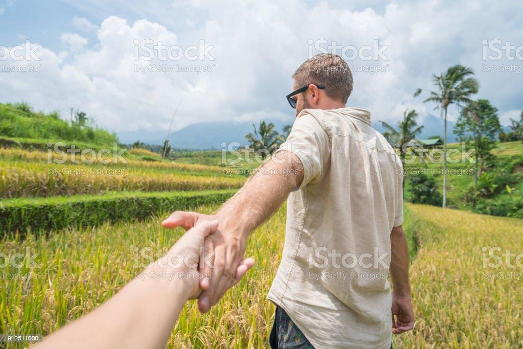 Sígueme Al Concepto Novia Líder Joven De Terrazas De Arroz En Bali Indonesia Foto De Stock Y Más Banco De Imágenes De 20 A 29 Años