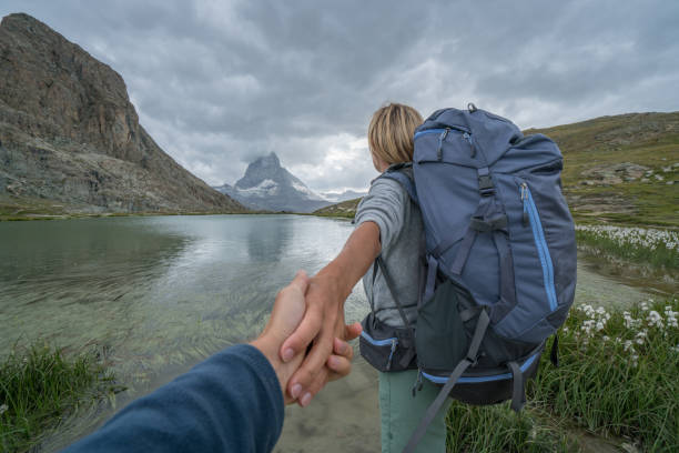 folgen sie mir in der schweiz - matterhorn, zermatt - kanton schweiz stock-fotos und bilder