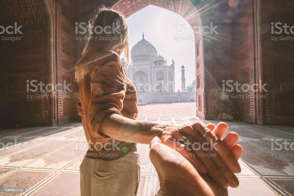 Folgen Sie mir in der Taj Mahal, Indien. Weibliche Touristen führenden Freund dort herrliche berühmten Mausoleum in Agra. Die Leute reisen Konzept – Foto