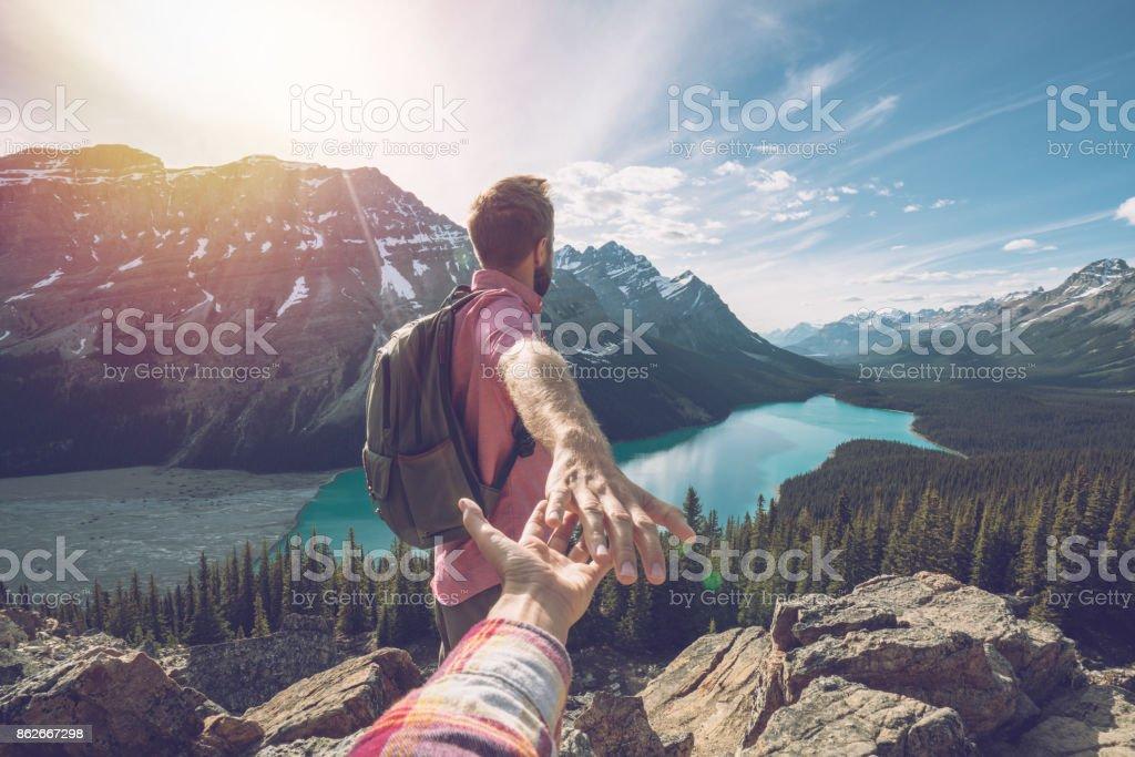 Folgen Sie mir zu - junger Mann führenden Mädchen Berggipfel – Foto
