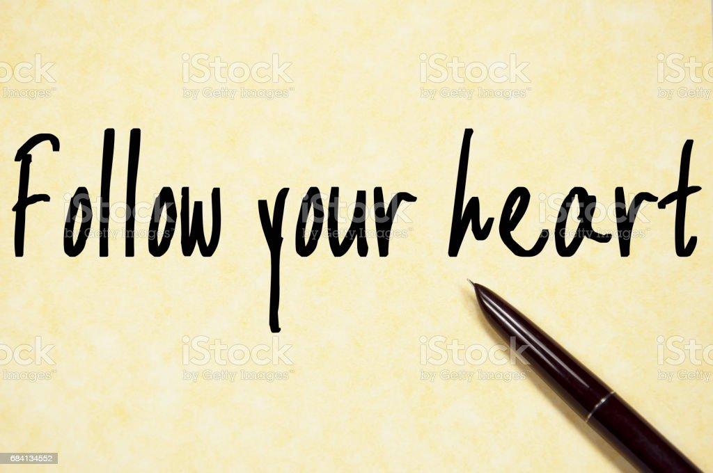 Volg je hart tekst schrijven op papier royalty free stockfoto